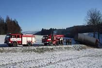Kamion v Dlouhoňovicích sjel na zledovatělé vozovce do příkopu.