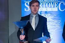 Kanoista Daniel Suchánek s pohárem pro vítěze.