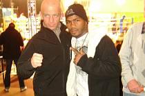 Pořádnou lekci dostal Bronislav Kubín (vlevo) od Dominikánce Diaze, který ho drtil svými tvrdými údery.
