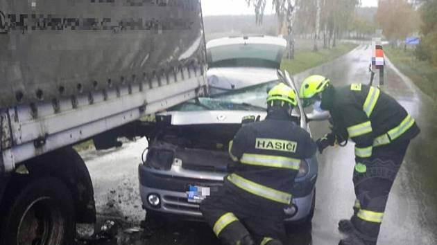 Ve čtvrtek se na Vysokomýtsku střetl osobní automobil s nákladním vozem.