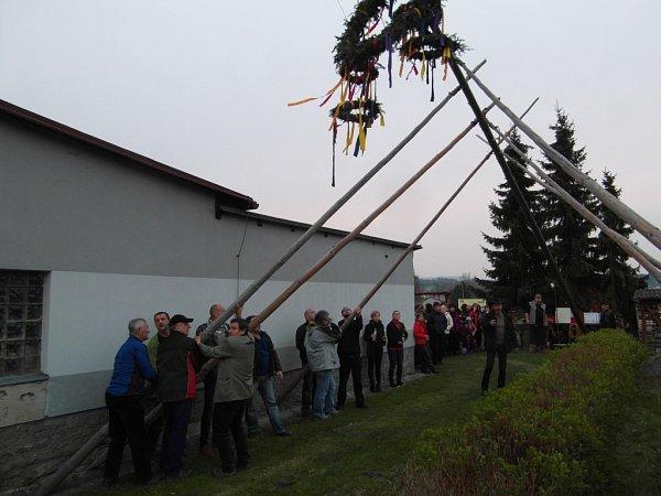 Stavění máje vKunčicích uLetohradu