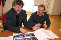 """Richard Pešek a Luboš Bäuchel nad vizualizací """"Kociánky""""."""