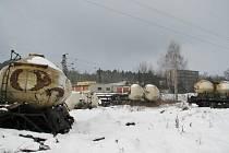 Ani po půl roce od srážky dvou nákladních vlaků v České Třebové nebyly od tratě uklizeny zničené vagony.
