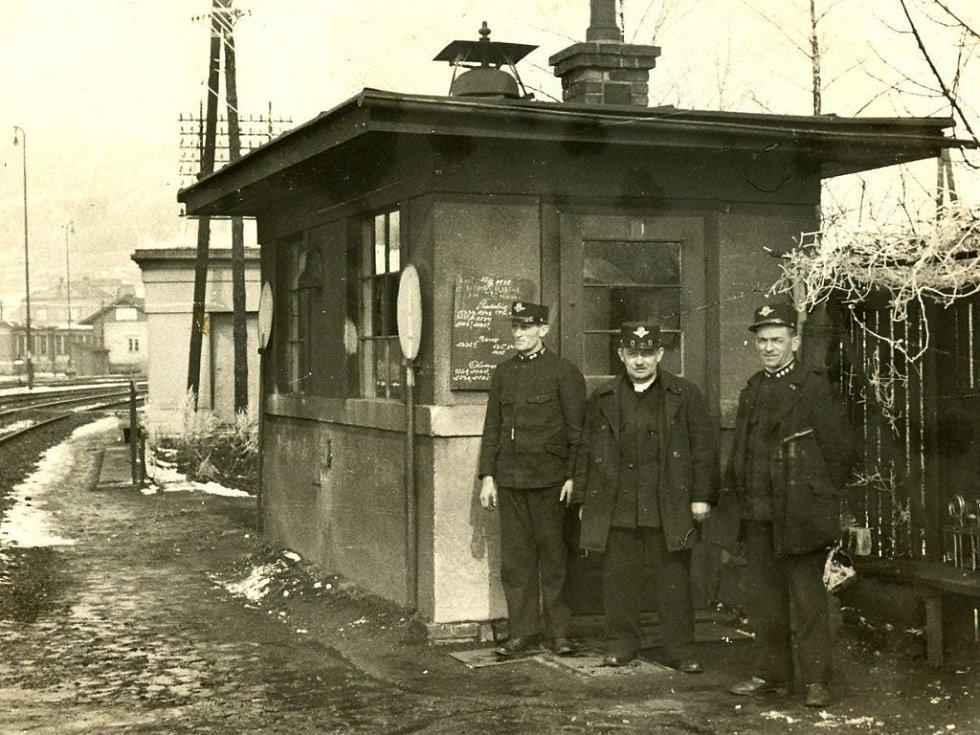 Stavědlo u domu stavitele  Rosslera nad podjezdem u Javorky. Vlevo pan Karel Troup.