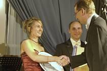 Manželé Brýdlovi při slavnostním  převzetí  ocenění za kvalitu služeb Penzionu Martina.