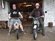 Martin Gregor a Michal Franc vyrazí na starých Jawách do Ruska.