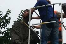 Z opravy sochy svatého Jana Nepomuckého v Žamberku.