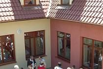 Výtěžek dražby směřuje do Domova pro děti s tátou a mámou v Žichlínku.