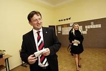 Hejtman Ivo Toman odvolil s manželkou v pátek po 16. hodině v Základní škole v Choceňského ulici v Chocni poblíž centra, kde bydlí.