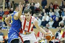 Basketbalové utkání Kooperativa NBL mezi BK JIP Pardubice (v červenobílém) a BK Opava v pardubické hale na Dašické.