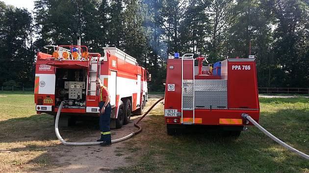 Kvůli doplňování cisteren ochlazujících zásobníky zřídili dobrovolní hasiči v Černé u Bohdanče přečerpávací stanoviště.