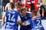 Utkání Fotbalové národní ligy mezi MFK Chrudim (v červeném) a FK Pardubice (v modrém) na fotbalovém stadionu v Chrudimi.
