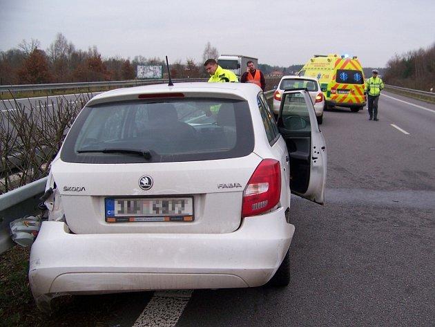 Po nehodě u Hrobic skončila řidička s autem ve svodidlech. Vyvázla s lehkým zraněním.