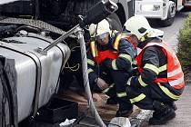 Nehoda osobního a nákladního vozu skončila zraněním řidiče osobáku a také ekologickou havárií, protože z kamionu unikly stovky litrů oleje i paliva.