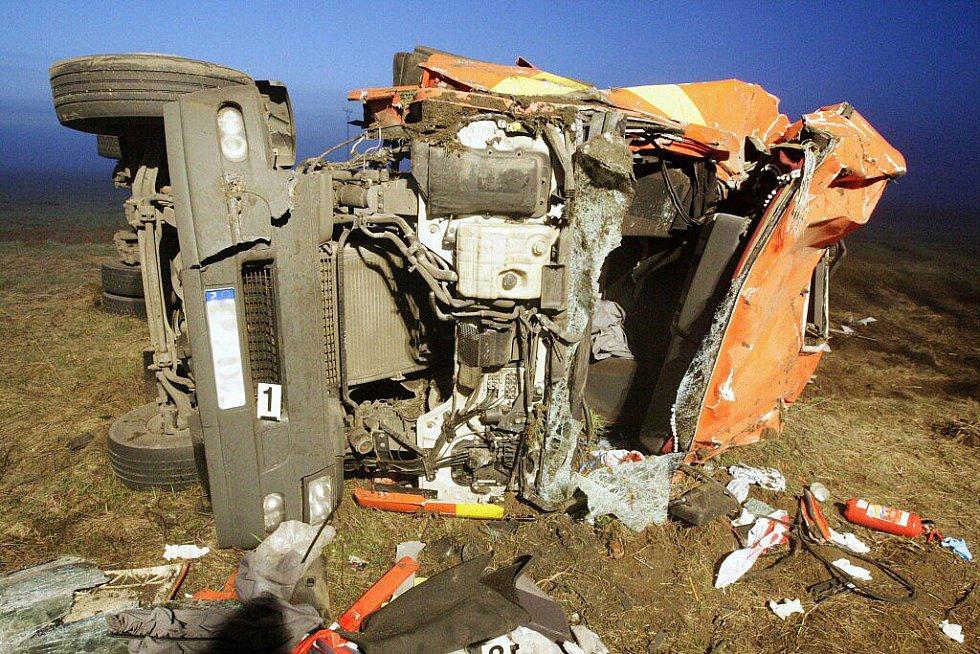 1. dubna 2010. Podnapilý 46 letý polský řidič se za přeloučským mostem zřítil s kamionem ze svahu. Nehodu nepřežil.