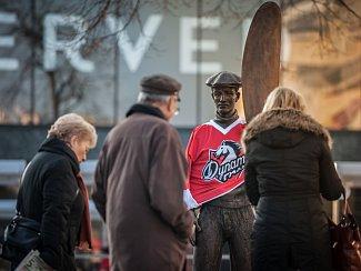 Aviatik Jan Kašpar na třídě Míru stojí v pardubickém hokejovém dresu. Jen místo hokejky pořád drží vrtuli.