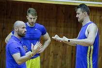Kondiční trenér basketbalistů Michal Miřejovský s Patrikem Audou a Ondřejem Balvínem (vpravo)