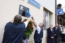 Pamětní desku odhalili v Moravanech svému kolegovi strojvůdci z České Třebové