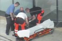 O kolabující ženu se do příjezdu záchranné služby starali strážníci.