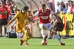 Utkání Fobalové národní ligy mezi FK Pardubice (ve červenobílém) a FK Dukla Praha ( ve žlutém ) na hřišti pod Vinicí v Pardubicích.