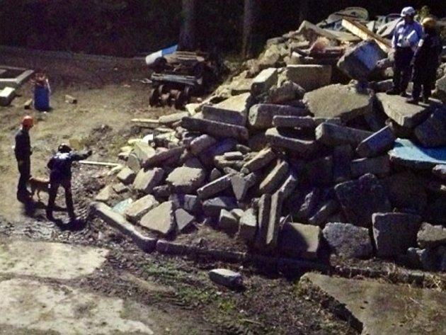 Adam MacKillop a jeho pes Baylee při nočním výcviku. Záchranáře tlačil čas. Jejich služby by bylo v případě katastrofických událostí třeba.