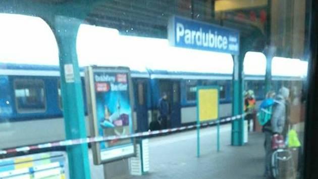 Muž se vrhl pod vlak přímo na jednom z perónů pardubického hlavního nádraží.