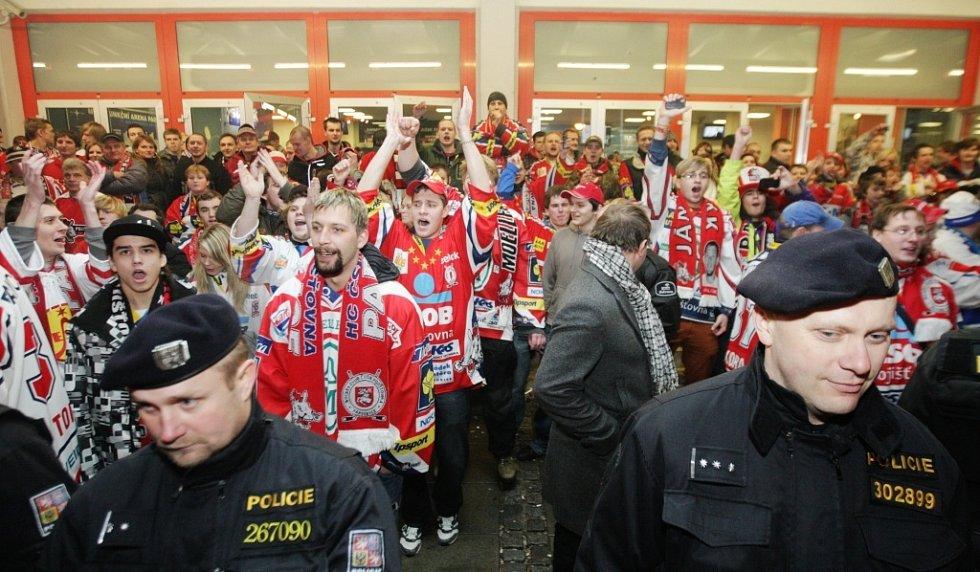 Rivalita Pardubice - Hradec se před ČEZ Arenou projevila naštěstí jen pokřiky přes policejní kordon.