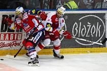 Předkolo play off hokejové extraligy - 4. zápas: HC Slavia Praha - HC ČSOB Pojišťovna Pardubice, 14. března v Praze. Jan Semorád z Pardubic (vlevo) a Vladimír Růžička ze Slavie.