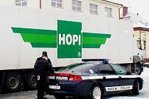 Obecní policii teď čeká další zkouška. Zvládnout dopravu na nově vybudované  a otevřené křižovatce.