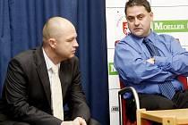 Střídání na manažerském postu v pardubickém hokeji. Zbyňka Kusého (vpravo) nahradí Ondřej Šebek