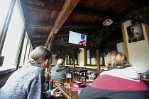 Fanoušci v Pardubicích sledovali první utkání hokejového MS