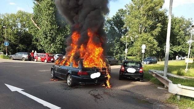 Požár automobilu v Pardubicích
