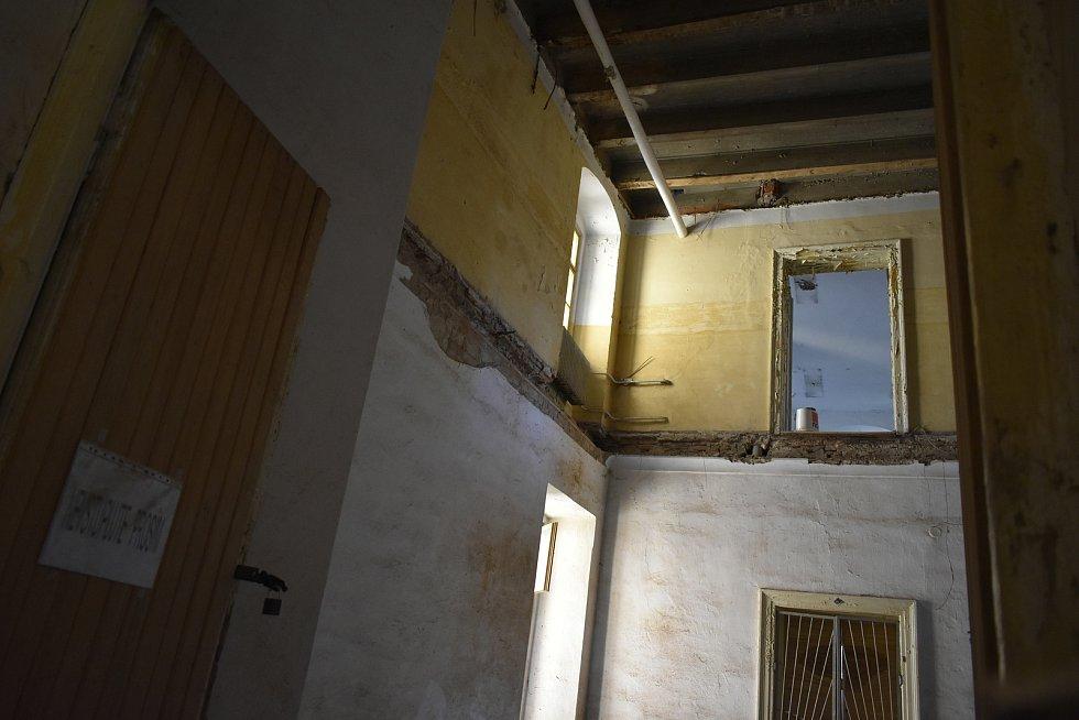Propadlé stropy v jednom z křídel zámku.
