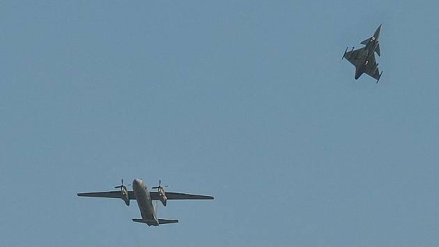 BOJOVOU STÍHAČKU JAS–39 GRIPEN v blízkosti civilního letadla bylo možné vidět v úterý nad Pardubicemi. Naštěstí se nejednalo o boj s teroristy, ale jen o běžný výcvik bojových pilotů a jejich strojů.   Narušitelem byl letoun Antonov AN-26