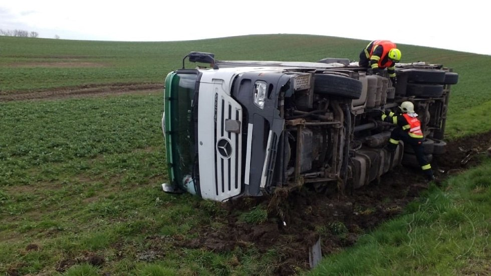 Naložený kamion skončil po vyhýbacím manévru v příkopě