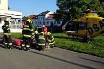 Muž při pádu asi ze třetího patra domu propadl ještě skrz altán.