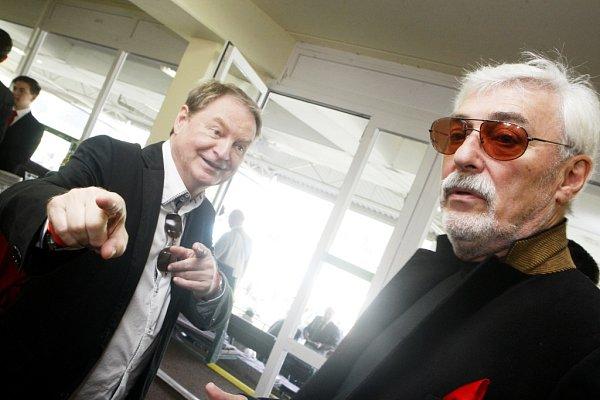 Petr Jančařík a Jan Rosák na pardubických tribunách neztrácí veselou náladu.