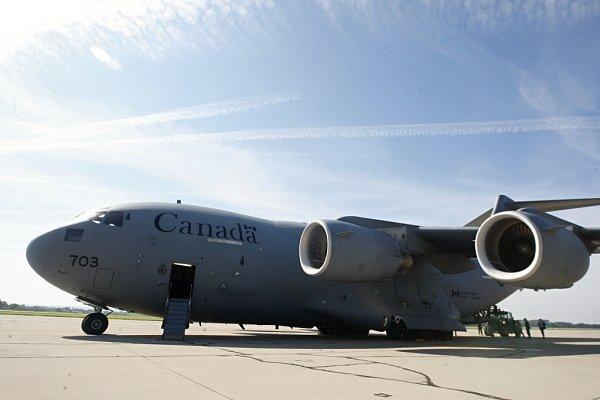 Nakládání munice do letounu CC-177Globemaster III