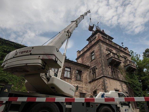 Začaly práce na záchranu Larischovy vily v Pardubicích.