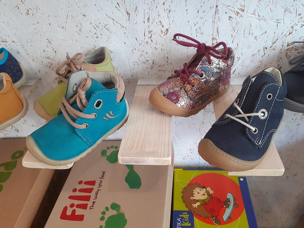 """S koncem nouzového stavu se mohou od pondělí otevřít obchody s dětským oblečením, s obuví a papírnictví. Řada z nich se na znovu otevření připravovala i během víkendu. """"S kolegyní máme obě malé děti, v týdnu se o ně musíme postarat a dohlédnout na online"""