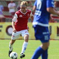 Pardubický záložník Emil Tischler v červeném dresu FK Pardubice.