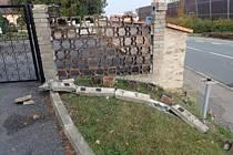 Poničená zeď hřbitova v Přelouči