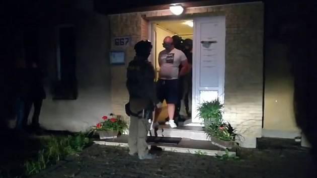 Běsnění opilého muže ukončila zásahová jednotka. Chtěl vyhodit kojence z okna.
