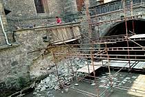 Dělníci začali opravovat zeď kostela svatého Bartoloměje