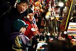 Na pardubickém Pernštýnském náměstí probíhá první adventní víkend historický mikulášský jarmark. návštěvníci mohou ochutnat staročeská jídla a nápoje, děti mohou sledovat pohádky, kejklíře nebo sokolníky