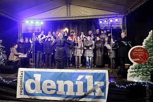 Česko zpívalo koledy. V Pardubicích na Pernštýnském náměstí