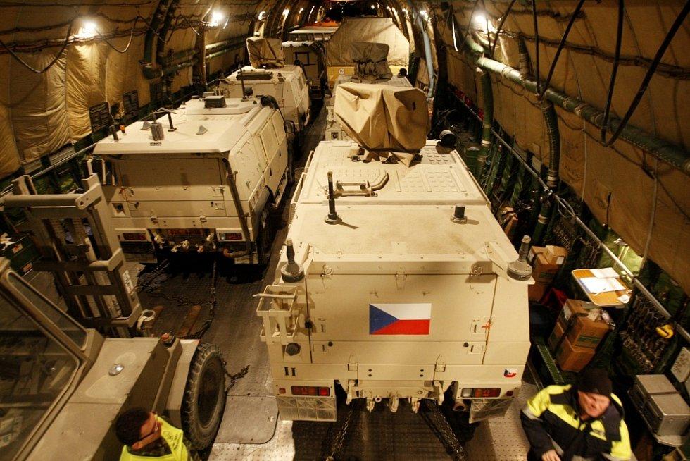 Zpátky ze zahraniční operace. Technika na palubě čeká na vykládku.