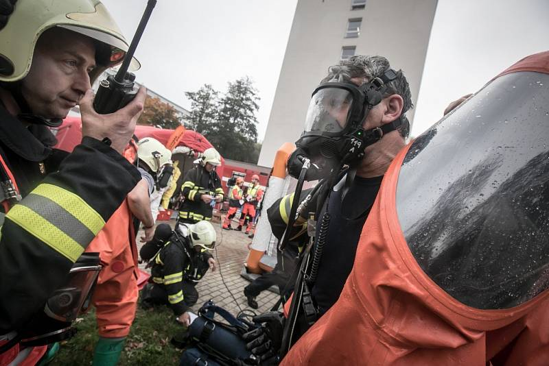 Zásah v přetlakových skafandrech je náročný. Z hasičů doslova leje.