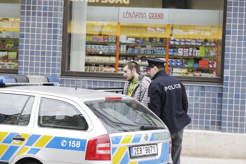 Ostrý zásah v pardubickém nákupním centru Grand. Muž, který si přišel vyřídit nesrovnalosti s výplatní páskou odjel nakonec s policisty dobrovolně celou situaci vysvětlit.