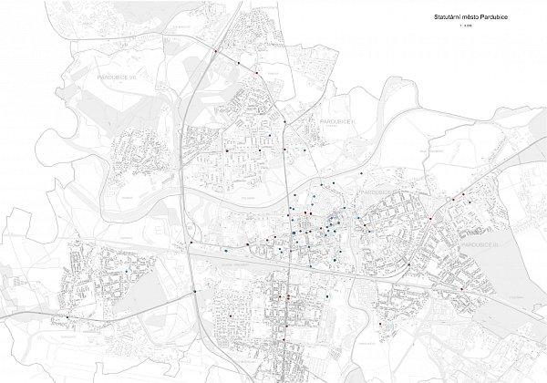 Mapa plánovaného kamerového systému vPardubicích. Červeně jsou značeny kamery na trolejovým sloupec, modře na budovách, zelená barva patří kamerám sbezdrátovým připojením.